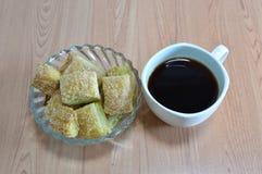 无奶咖啡和酥脆穿戴在玻璃碗的黄油饼糖 库存图片