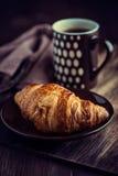 无奶咖啡新月形面包杯子 免版税库存图片