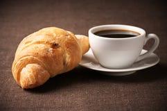 无奶咖啡新月形面包 免版税库存照片