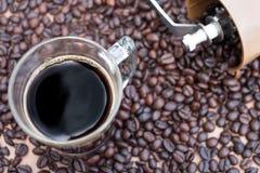 无奶咖啡有咖啡豆背景  免版税库存照片