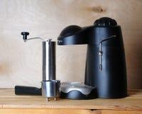 无奶咖啡机器和一台手研磨机在木背景 库存图片