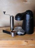 无奶咖啡机器和一台手研磨机在木背景 免版税库存图片