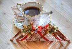 无奶咖啡杯子和装饰在木桌上 图库摄影