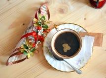 无奶咖啡杯子和装饰在木桌上 库存图片