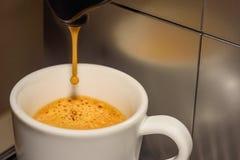 无奶咖啡涌入了杯 图库摄影
