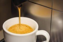无奶咖啡涌入了杯 免版税库存照片