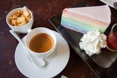 无奶咖啡用曲奇饼被设置的和在木桌上的甜蛋糕,放松人的时期在咖啡店 免版税库存图片