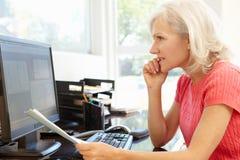 无奶咖啡计算机装饰服务台家膝上型计算机办公室减速火箭的样式妇女工作 库存照片