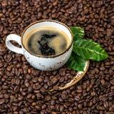 无奶咖啡绿色留给咖啡豆背景正方形 图库摄影