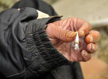 无家可归人抽烟 免版税图库摄影