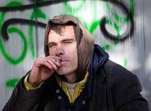 无家可归人抽烟 库存图片
