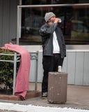 无家可归或在街道上的贫困者饮用的汁液 免版税库存照片