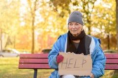 无家可归或贫乏的年长夫人 免版税库存照片