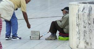 无家可归的人乞求在巴黎街 股票视频