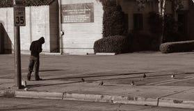 无家可归的人喂养鸽子 图库摄影