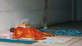 无家可归的人在城市街道上的红色面纱睡觉 贫穷的问题在世界上 股票录像