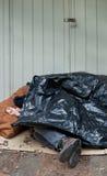 无家可归的人塑料休眠篷布下 免版税库存照片