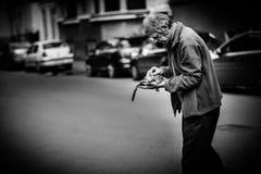 无家可归的人照片布拉格哀伤的街道 库存图片