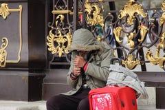 无家可归的人更加接近的照片 库存照片