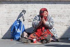 无家可归的叫化子 妇女请求施舍 街道 意大利罗马 免版税库存图片