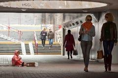 无家可归的女婴乞求在地下过道 库存图片