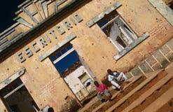 无家可归的子项在安哥拉。 库存照片