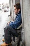 无家可归的年轻人请求在街道 库存照片