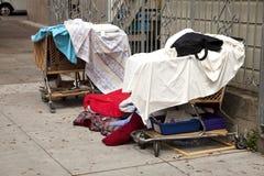 无家可归的推车和风雨棚 免版税图库摄影