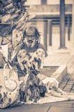 无家可归的流浪汉坐有他的狗的一条街道 预计有大约40,000个无家可归的人在西班牙 库存图片