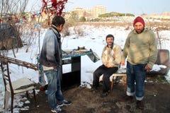 无家可归的生存人员下雪下 免版税库存照片