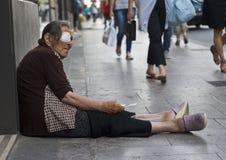 无家可归的老妇人叫化子 免版税库存照片