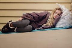 无家可归的青少年采取的风雨棚 免版税库存图片