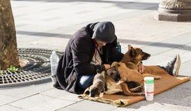 无家可归者在香榭丽舍大街avenus,巴黎,法国乞求 免版税库存照片