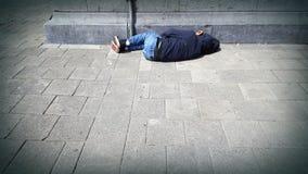 无家可归者睡着在街道上 免版税库存照片