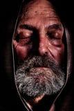 无家可归者,连斗帽女大衣男修道士 二赖子贫穷和遭受 库存照片