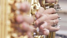 无尾礼服戏剧的萨克斯管吹奏者在金黄萨克斯管 生活表现 爵士音乐 跟随焦点 股票录像