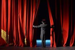 无尾礼服阶段帷幕的演员打开 库存图片