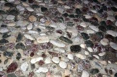 无序的被排行的石头,假设正直一特别 免版税图库摄影