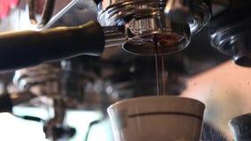 从无底的煮浓咖啡器倾吐的咖啡 股票视频