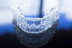 无形的牙齿牙托架直线对准器括号保留 免版税库存图片