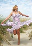 无忧无虑的中部跳舞年迈的妇女户外 免版税库存图片