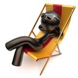 无忧无虑的使变冷的人松弛海滩轻便折叠躺椅太阳镜 向量例证
