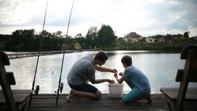 无忧无虑的准备爸爸和的儿子钓鱼在湖 影视素材