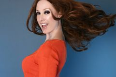 无忧无虑的头发长的行动妇女 免版税图库摄影