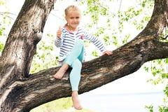 无忧无虑的女孩在春天或夏天森林公园 免版税库存照片