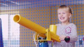 无忧无虑的女孩获得乐趣-从一支气枪的射击在娱乐中心 生日快乐,活跃的游戏概念 影视素材