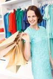 无忧无虑的女孩购物在商店 免版税库存照片