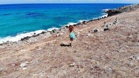 无忧无虑的妇女来到蓝色海,克利特,希腊 影视素材