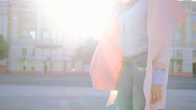无忧无虑的心情放开激动的妇女旋转街道太阳 影视素材