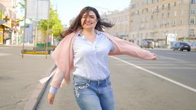 无忧无虑的心情放开激动的妇女步行旋转街道 影视素材